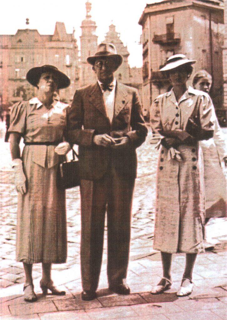 """3. Wacław Olszewicz z żoną Józefą i córką Hanną we Lwowie, 1937 r. (fot.: z artykułu A. Czecha: Wacław Olszewicz? . """"Forum?"""", s. 16, 19)."""